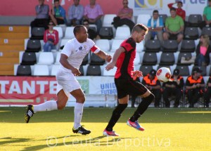 Sandro presiona a un contrario durante un encuentro de esta temporada en el Murube