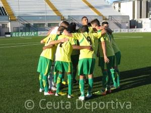 Los jugadores del Goyu se conjuran antes de un partido en el Alfonso Murube