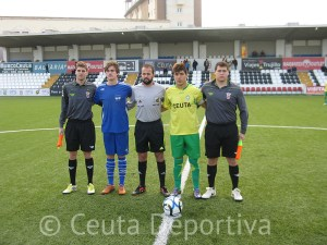 Dris Ahmed Amgait junto a los capitanes de los dos equipos