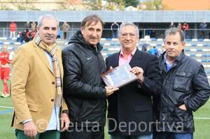 Asián recibió una placa del CD Alcalá por sus cinco temporadas y el ascenso a Segunda B en el equipo alcalareño