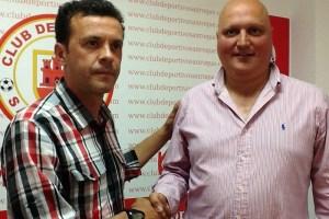 Yiyi junto al presidente del CD San Roque Javier Barberán el día de su renovación