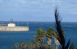 El temporal de viento de poniente ha provocado la suspensión del servicio marítimo en el Estrecho