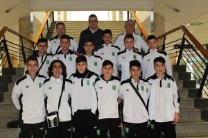 La selección de Ceuta cadete de fútbol sala, en el puerto antes de iniciar el viaje hasta Doña Mencía
