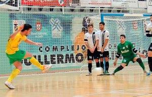 Nono y Rafa Peñalver, en la barrera, y el meta Sergio Murcia, defendiendo el lanzamiento de una falta a favor de los extremeños