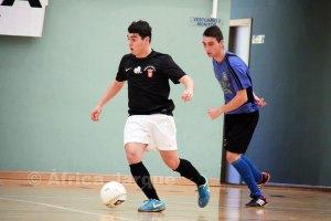 Monchito conduce el balón en el partido ante el Sanix de Cádiz, último disputado por el Ciudad de Ceuta en casa
