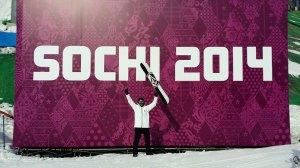 Regino Hernández, ante uno de los carteles de los Juegos Olímpicos de Invierno de Sochi
