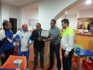 El propietario del club de Tenis y Pádel Loma Margarita entregó una placa de recuerdo al capitán del equipo de Tánger