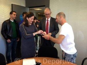 Piñero ha entregado pulseras solidarias a los representantes de La Caixa