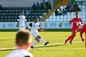 Sandro golpea el balón en largo en el partido del pasado domingo ante el Xerez CD