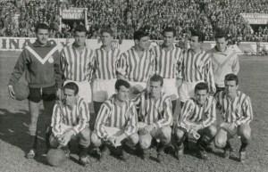 Alineación del Real Betis contra el Tenerife en 1957 con Américo el primero de pie por la izquierda