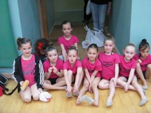 Grupo de niñas de entre 6 y 7 años que practican gimnasia rítmica en el 'Guillermo Molina'