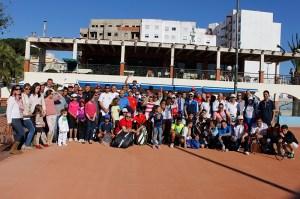 La expedición ceutí posa en una de las pistas de tierra batida del club Tenis Tánger
