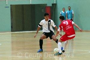 We Casas, defendiendo el ataque de un jugador visitante en el Ceutí FS - La Palma de esta temporada