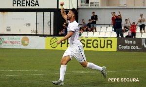 Juanan, celebrando uno de sus dos goles con el Ceuta