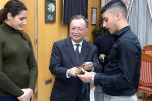 El jugador ceutí le ha enseñado a Vivas la medalla de oro lograda con España en el Europeo de Letonia