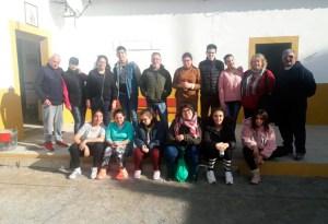 Foto de familia de alumnos y profesores del CEE San Antonio, junto miembros de la Federación de Petanca