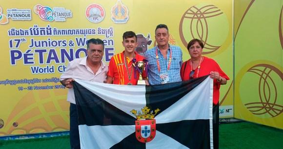 Antonio León, con Ismael Vázquez y los padres de este, en el Mundial de Camboya