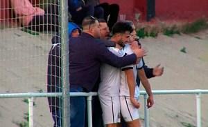 José Juan Romero, que sigue sancionado, celebrando con sus jugadores el gol de la victoria en Gerena