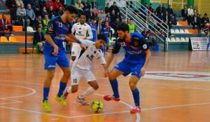 Anuar, con el balón, rodeado por Carlos García y Trasobares