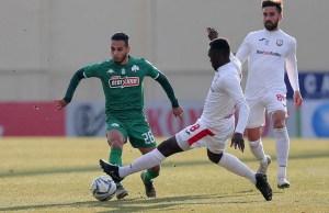 Anuar conduce el balón en el partido de su estreno con el Panathinaikos