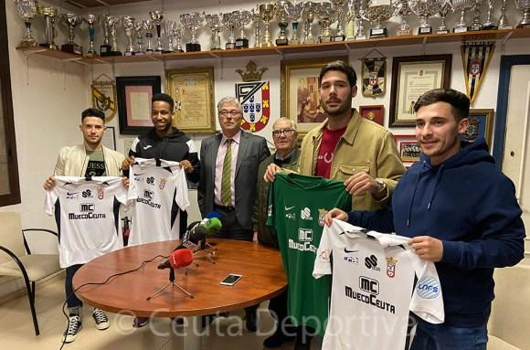 Los nuevos fichajes de la UA ceutí FS, junto al presidente y el vicepresidente de la entidad, Antonio Fernández y Felipe Escae