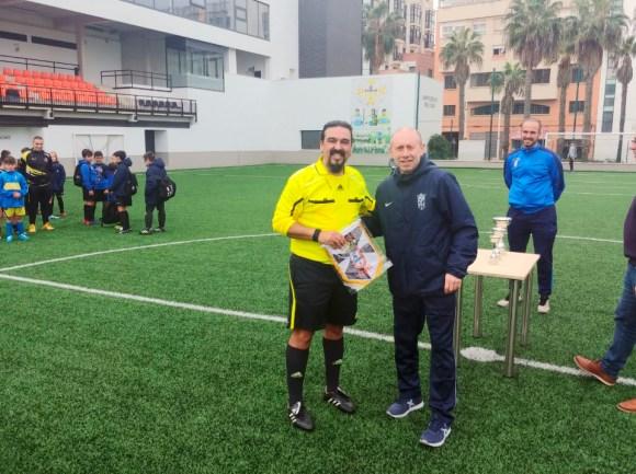 El entrenador del Ceutí de FS, Santi Valladares, ha entregado un recuero al colegiado Medhi