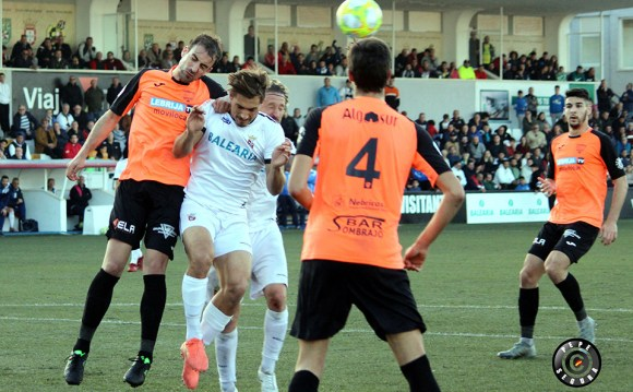 Cristo, en pleno salto con un jugador de la Lebrijana en el partido del pasado domingo