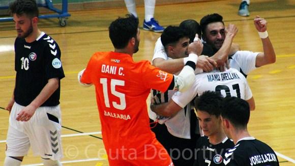 Rubén es abrazado por varios de sus compañeros tras uno de sus cinco goles ante el Rivas Futsal