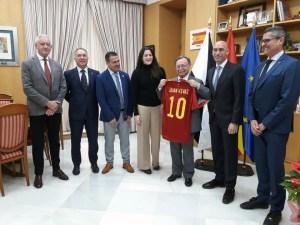 Juan Vivas, con la camiseta personalizada de la selección española que le ha regalado Luis Rubiales