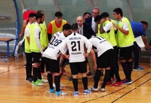 Santi Valladares, con sus jugadores durante un tiempo muerto en el partido ante el Noia