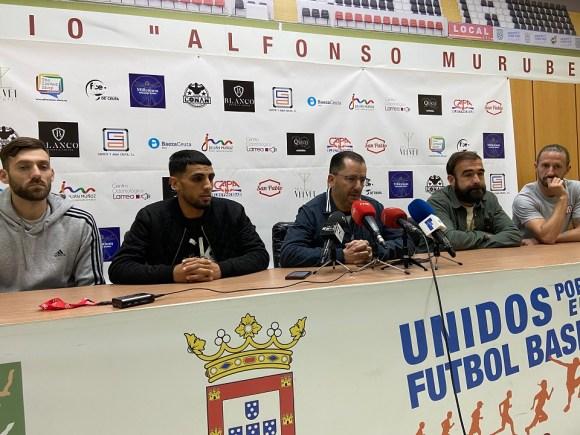 José Juan Romero, flanqueado por los capitanes de la AD Ceuta FC, este mediodía en el Murube