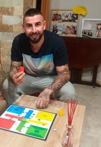 Saúl, jugando al parchís en su casa