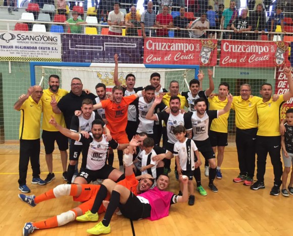 Jugadores y técnicos del Ceutí, celebrando el título de Liga tras vencer al CD El Ejido