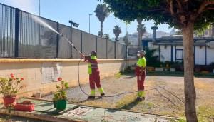 Operarios de Obimace, desinfectando las pistas del Norte de África en la Marina