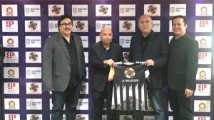 Representantes de Batavia Sport Group, en el acto de presentación del patrocinio del CD Polillas celebrado en Yakarta