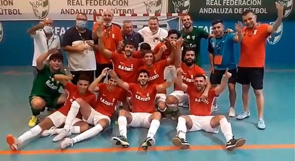 Los integrantes del Ceutí celebran el ascenso a Segunda División B conquistado en Málaga