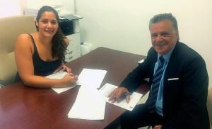 Lorena Miranda y Antonio León, en la firma del convenio