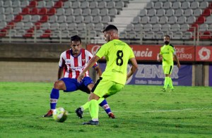 Hinojosa, presionado por un jugador del Algeciras