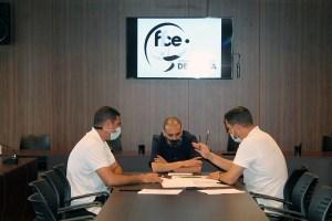 Los representantes de la FFCE, con el presidente de la AD Ceuta FC, Luhay Hamido / Foto: FFCE