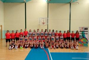 Elena Lahoz y las integrantes de la selección sub-12 española femenina en 2019, entre ellas la jugadora ceutí África Vázquez Olmedo