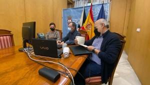 Juan Vivas, flanqueado por sus consejeros de Presidencia y Sanidad, durante la reunión telemática de este sábado