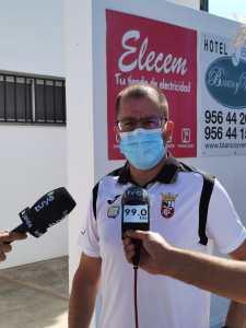 José Juan Romero, atendiendo a los medios tras el partido en Conil