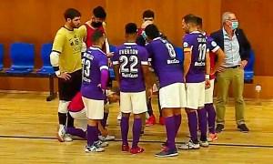 Valladares, con sus jugadores, durante un tiempo muerto este domingo en Rivas