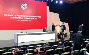 El presidente de la RFEF, Luis Rubiales, saludando a Antonio García Gaona