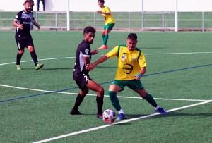 Benji presiona a un jugador de la UD Los Barrios durante el partido del pasado domingo