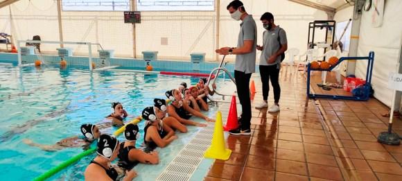 Juan Ramón León, dando instrucciones a sus jugadoras tras el partido del pasado sábado ante el Dos Hermanas B