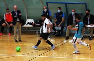 Manu Orellana golpea el balón ante el talaverano Asensio