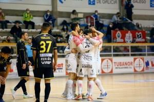 Jugadores del Noia celebran uno de sus goles ante el O'Parrulo