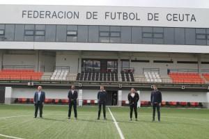 García Gaona, con los representantes del Racing de Murcia, en la Ciudad del Fútbol de Ceuta / Foto: FFCE