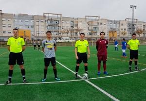 Los capitanes del Sporting y el Xerez DFC, con el trío arbitral